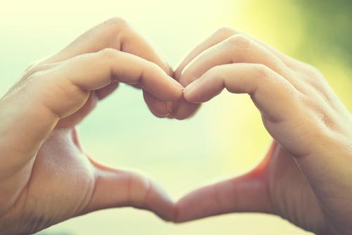 「思いやり」の意味とは?思いやりのない人の特徴などを解説!のサムネイル画像